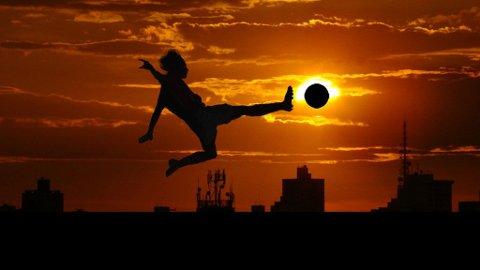 Ny foskning viser at fotballspillere og andre idrettsutøvere kan prestere bedre i sporten dersom de også trener hjernen.