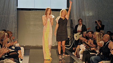 KOMPLETT: Etter å ha designet sko og vesker i lang tid, er det godt å få designe noe som er komplett, sier Helene Westbye (t.v.), her med modell Cathrine Stenshagen.
