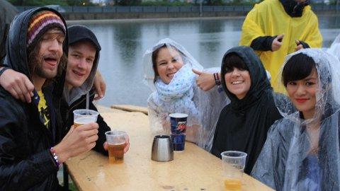 DEILIG MED REGN: Ifølge enkelte i denne glade gjengen er det bare deilig med regn på festival.