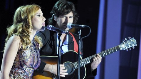 US actress and singer Scarlett Johansson and singer Pete Yorn attend Canal TV Show Le Grand Journal, broadcasted live from Paris, France on September 10, 2009 while in promotion in French capitale for their album Break Up.