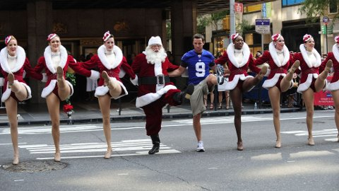 Julestunt i New York for å få folk til å kjøpe billetter til showet the Radio City Christmas Spectacular. Sportsmannen avbildet er Lawrence Tynes fra det amerikanske fotballaget New York Giants.