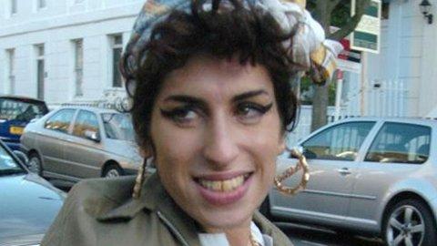 LIVET SMILER IGJEN: Med ny mann og nye pupper ser det ut til å gå den riktige veien for Amy Winehouse.