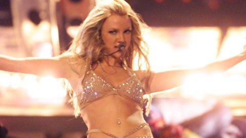VOKSEN, NÅ: En 18 år gammel Britney Spears skapte furore med sitt avslørende antrekk på MTV Awards i 2000.