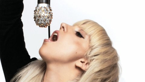 KONTROVERSIELL: Lady Gaga leker med mikrofonen