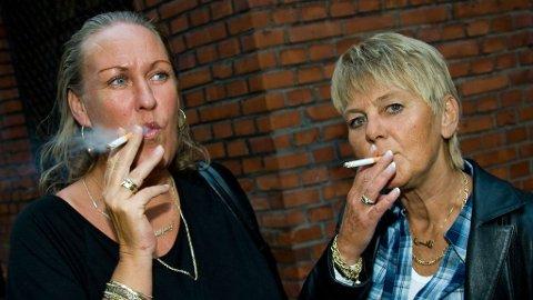 Lisbeth og Nansy i kjent stil på Charter-fest i fjor. Nå er røykinga et tilbakelagt kapittel for Nansy.