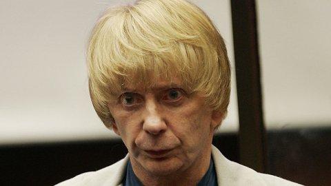 PARYKKNEKT: Phil Spector, her i en blond Andy Warhol-variant, får ikke ta med seg sine mange parykker inn i fengsel.