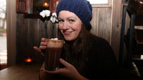GODT I KULDA: De kalde måndene er over oss for fullt - hva er vel bedre enn kakao for å varme seg? Her er Side2s journalist Linn Sollied Madsen klar for kakaotest!