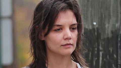 GJEEESP: En tydelig trett og sliten Katie Holmes henter morgenkaffen.
