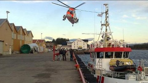 Redningsskøyta og Sea King-helikopteret fra 330-skvadronen var i aksjon da en man ble hentet opp fra sjøen ved Eidshaug i Nærøy kommune lørdag.