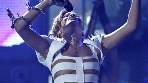 RIHANNA opprtrer under årets American Music Awards.