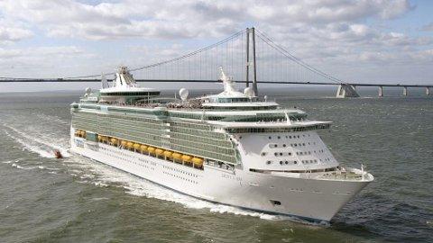 Liberty of the Seas passerer Storebeltbroen i Danmark Storebelt RCL RCCL Cruiseskip