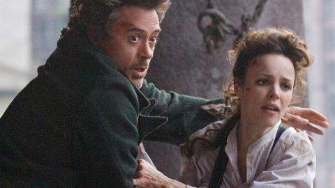 ROBERT DOWNEY JR. som Sherlock Holmes og Rachel MacAdams som Irene Adler i Guy Ritchies film.