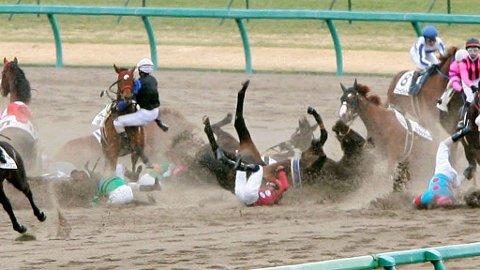 MASSEVELT: I løpet av sekunder ligger over halvparten av jockeyene strødd.