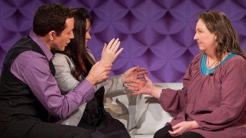 Den amerikanske healeren Eric Pearl har vist Marianne Behn en healingteknikk de her prøver ut på Camilla Angelina Håman.