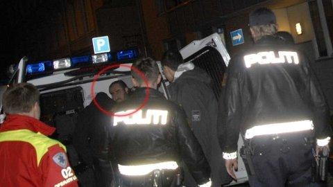 Mullah Krekar i politibil på Grønland etter at noen skjøt mot leiligheten hans.