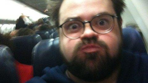 «Hei SouthWest Air! Se hvor tjukk jeg er på flyet deres. Fort, kast meg av», twitrer Kevin Smith om hendelsen.