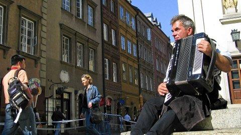 En gatemusiker setter farge på tilværelsen i Warszawa.
