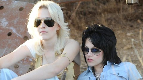 DAKOTA FANNING og Kristen Stewart som Cherie Currie og Joan Jett i «The Runaways».