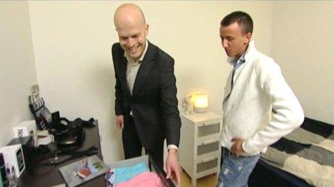 Hallgeir Kvadsheim tar en titt i undertøysskuffen til Thomas