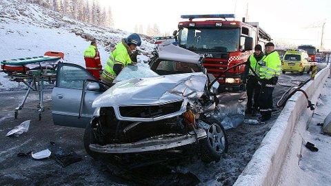 ULLENSAKER 20090101: Fire personer ble skadet i kollisjon mellom en buss og en personbil på E6 ved Hauerseter i Ullensaker torsdag formiddag. De skadde satt alle i personbilen.