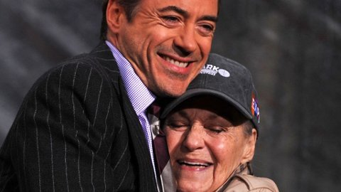 ROBERT DOWNEY JR. og hans mor Elise i desember i 2009 da han fikk sine hender og føtter kopiert utenfor Graumanns Chinese Theatre i Los Angeles.