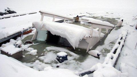 En båt har sunket på grunn av is- og snøskader.