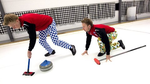 Curling-landslaget presenterer sine nye bukser. På bildet fra høyre Torger Nergaard og Håvard Petersson med de fargerike buksene. Foto: Gorm Kallestad / Scanpix