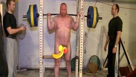 Einar B Gilberg skal prøve å ta verdensrekord i nakenbøy mens Ylvis-brødrene er på besøk.