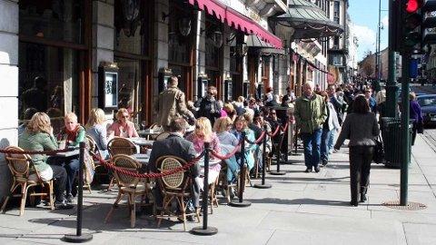 HERLIG: Karl Johan i Oslo var full av folk fredag ettermiddag. Solen skinte over hovedstaden.