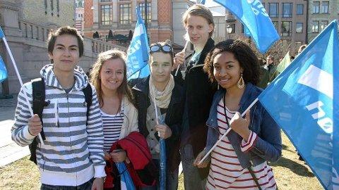 Patrick Andresen, Sarah Camilla Ansen, Gaute Kandal Hoel, Max Montgomery og Nora Hougsnæs demonstrerer mot datalagringsdirektivet.