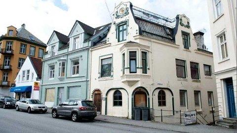 Politiet mistenker at minst en ansatt skal ha solgt sex til kunder ved en sauna i dette huset i Sandviken. Innehaveren er varetektsfengslet, siktet for hallikvirksomhet, og to av dem som frekventerte stedet er hivsmittet.
