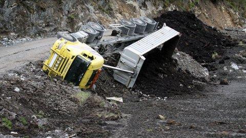 VELTET: En lastebil tippet utfor kanten av veien i Espeland i Lindås kommune.