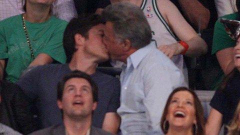 OVERRASKENDE: Dustin Hoffman og Jason Bateman lot det stå til da de fikk kyssekameraet til LA Lakers på seg.