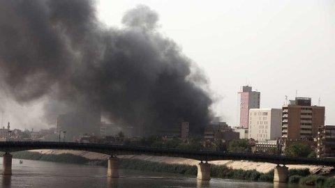 Røyk over Bagdad etter flere bombeangrep mot Iraks Sentralbank.