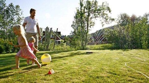 Sommer og lek ute i hagen.