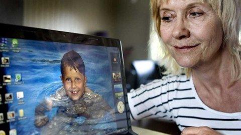 - EN SNILL GUTT: Mormor Wenche Grimsrud savner Jon Christian Skrårudsether. 8-åringen døde for snart ni måneder siden, etter at bilen han satt i ble truffet av en fyllekjører som kom over i motsatt kjørefelt. - Han var en utrolig kjærlig og snill gutt. Savnet er ufattelig stort, sier mormoren. Foto: Lisbeth Andresen (Romerikes Blad)
