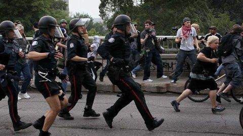 Politiet i Toronto jager demonstrantene i forbindelse med G20-møtet.