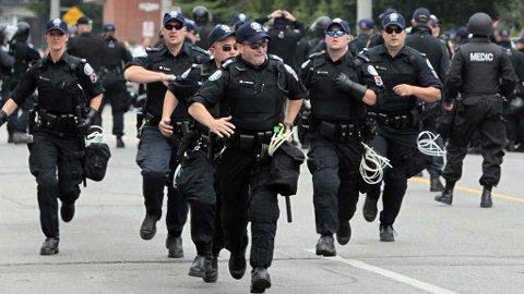 Løpende politi under demonstrasjonene i forbindelse med G20-møtet i Toronto.