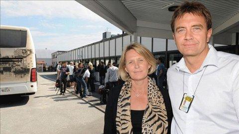 Aksjonerte: Ingrid Wirum og Magne Løvø, begge fra Politiets Utlendingsenhet, ankom Kvernberget lufthavn med kosovoserbere fra Sunndal og Tingvoll som skulle tvangsutsendes til Beograd lørdag.