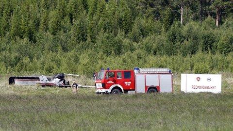 Redningsmannskaper på ulykkesstedet der en person omkom og en annen ble alvorlig skadd i en en mikroflyulykke ved Oppdal flyplass lørdag.