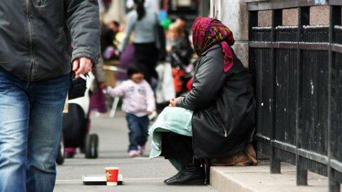TIGGER: En dame fra romfolket sitter på gata i Oslo og tigger. Gjerde sier de kommer til Norge for å tjene penger.