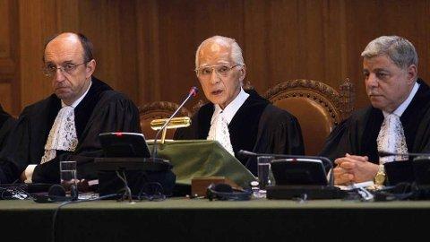 HAAG: Domstolen i hag sier at Kosovos uavhengighet ikke strider mot folkeretten. I midten.