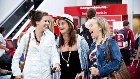 FERIEKLARE: Elise Birkeland (22), Stine Ernst Grønås (22) og Marte Grytten (22) gleder seg til ferien i Hellas.