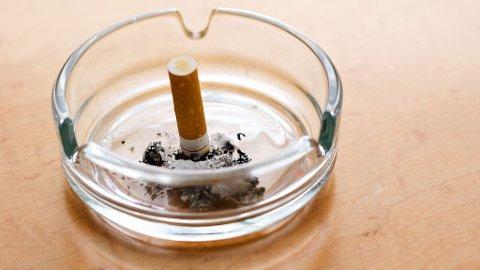 AVHENGIG: 2-åringen Tong fikk sigaretter mot brokksmerter. Nå greier han ikke stumpe røyken.