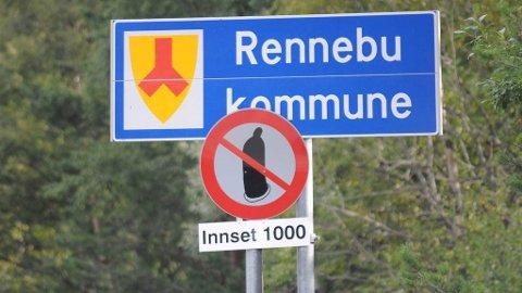 NYTT SKILT: Skiltet på kommunegrensa mellom Oppdal og Rennebu sier «Prevensjon forbudt».