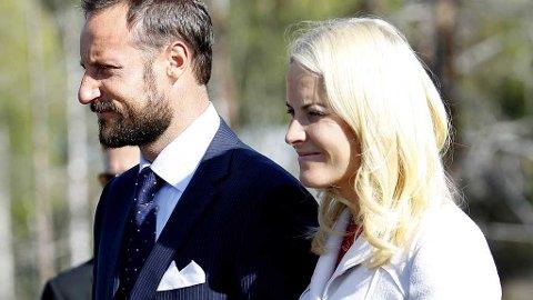 RYKTER IGJEN: Mette-Marit hadde latt siste knappen være åpen i jakken. Bevis, mener danske tabloider.