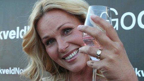DORTHE SKAPPEL gleder seg til en ny sesong «God kveld, Norge» og sin første diamantring, en gave fra gjestene i «nybryllupet» døtrene satte i stand for henne og ektemannen Jon.