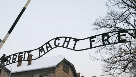 ARBEIT MACHT FREI: Skiltet over inngangen til Auschwitz er blitt et av de store symbolene for de umenneskelige lidelsene krigsfanger led under nazistene.