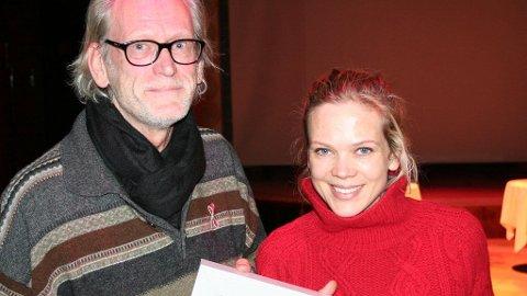 PLUSSPRISEN: Per Miljeteig fikk Plussprisen og ble gratulert av en av de kjente ansiktene bak årets HIV-kampanje, svigerdatter Ane Dahl Torp.