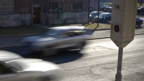 FOR FORT: Det spørs om sønnen ikke ble en smule sint på sin far da han påstod at det var sønnen som hadde kjørt bilen da de ble blinket av fotoboksen i Rennfast i fjor. (Illustrasjonsfoto)